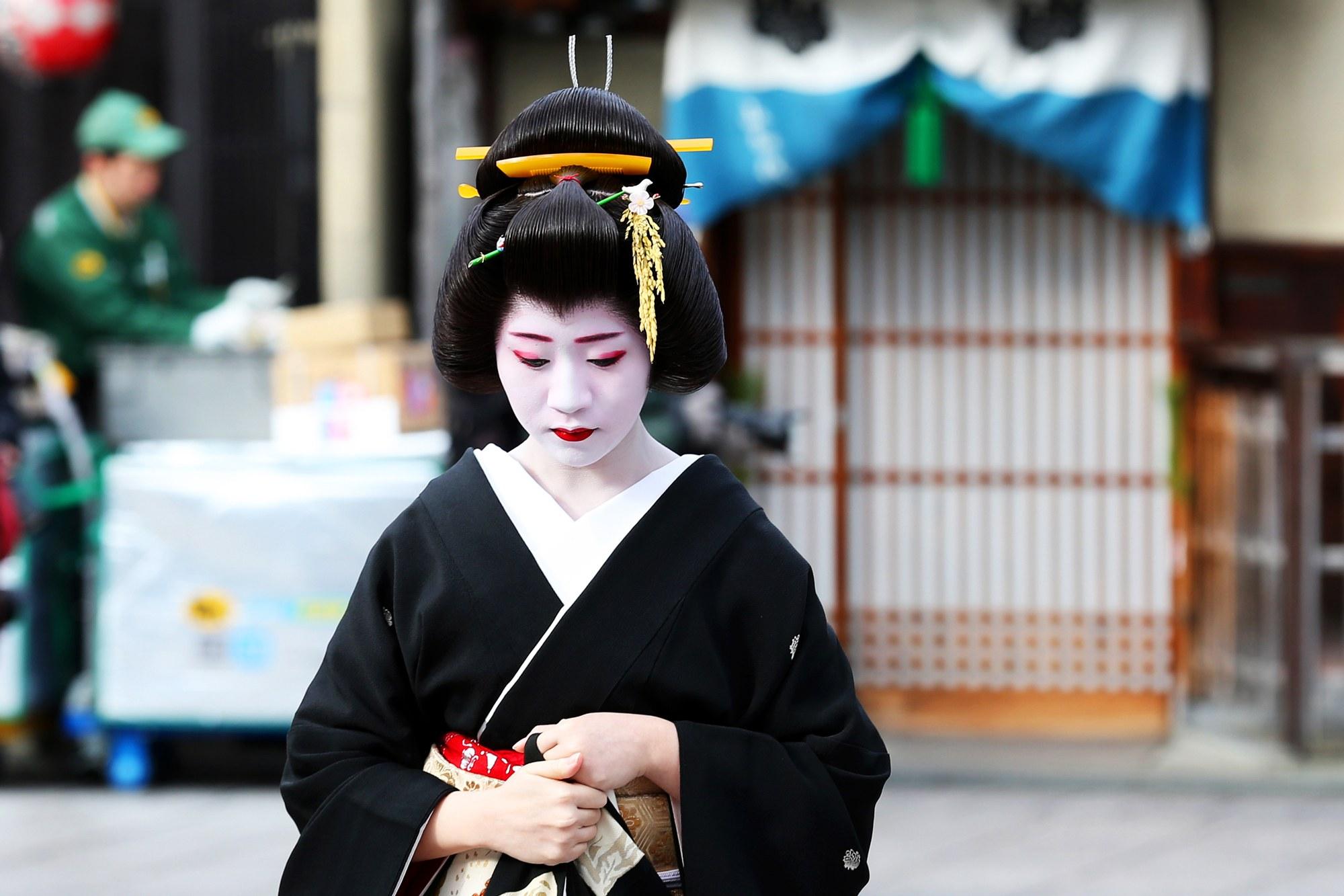 00-holding-kyoto-japan-geisha-geiko-maiko